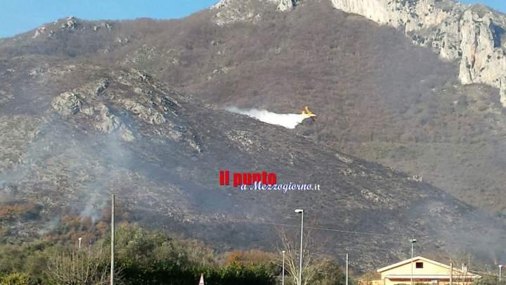 Incendio sulla montagna a Ceppagna, due canadair al lavoro