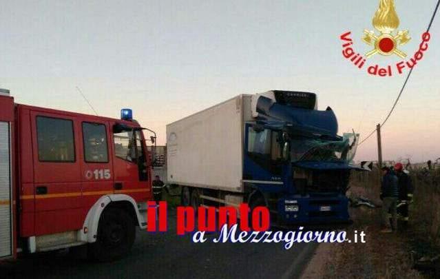 Aprilia, scontro tra mezzi pesanti, grave conducente furgone liberato da lamiere