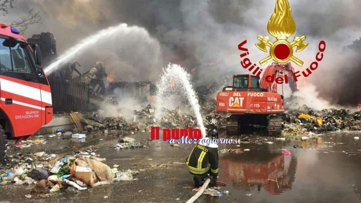 Incendio a Pomezia, 30 vigili al lavoro. Allarme inquinamento