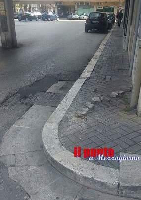 Cadono alcuni pezzi di cornicione da un balcone in piazza De Gasperi