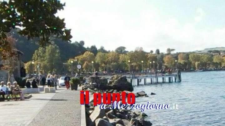 Gettano nel lago le statue del presepe e spaccano quella del Bambin Gesù: denunciati due giovanissimi italiani