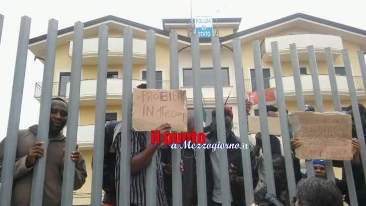 Stranieri in marcia di protesta, 50 richiedenti asilo diretti al Commissariato di Polizia