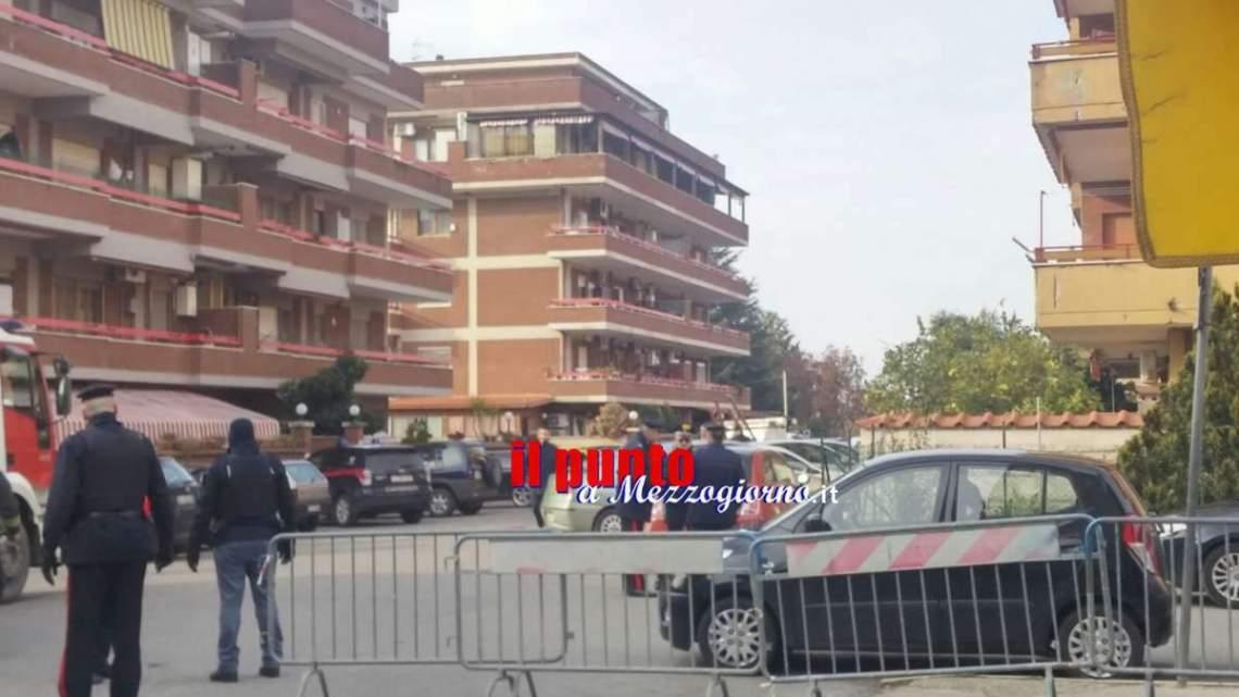 Aggiornamenti Cisterna di Latina: La mamma del carabiniere, chiuso in casa con le figlie, tenta di convincerlo ad uscire