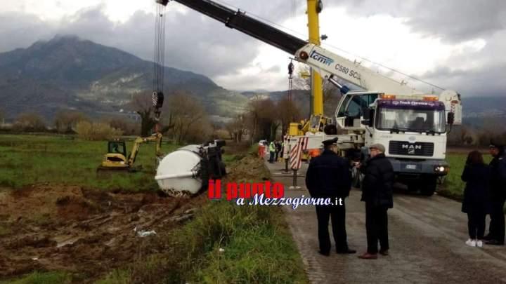 Due autogru per recuperare il camion ribaltato su via Sferracavallo