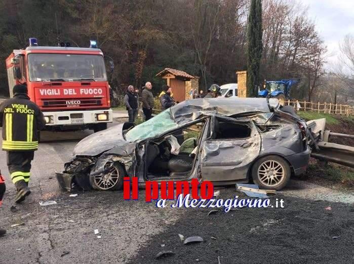 Si ribalta camion con brecciame su Flaminia: grave automobilista