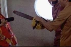 Irrompe con la motosega in casa della ex e distrugge il mobilio, arrestato 67enne