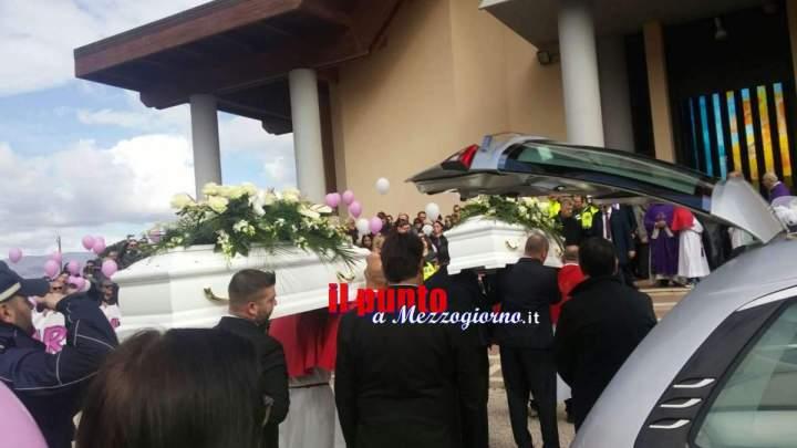 Cisterna di Latina, Migliaia di persone, palloncini, due colombe e tante lacrime per salutare Alessia e Martina