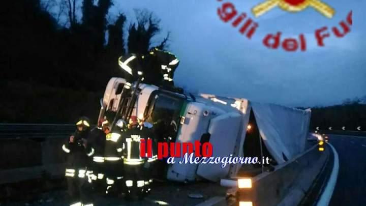 incidente stradale sull'A1, camion con bombole di gas si ribalta e invade anche corsia opposta