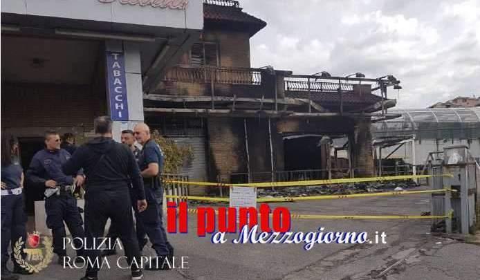 VIDEO – Misterioso incendio in via Casilina a Roma, venti persone salvate dalla polizia Locale