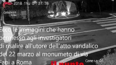 VIDEO – Immortalato e denunciato il vandalo che ha danneggiato il monumento di via Fani