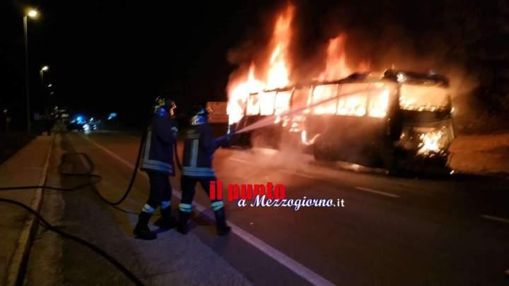 Incendio sulla Cassino-Formia, pullman Cotral si ferma e prende fuoco