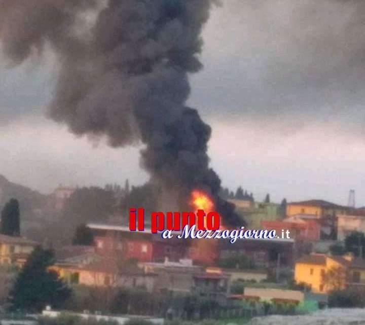 Mobilificio in fiamme a Cisterna, colonna di fumo visibile a chilometri di distanza