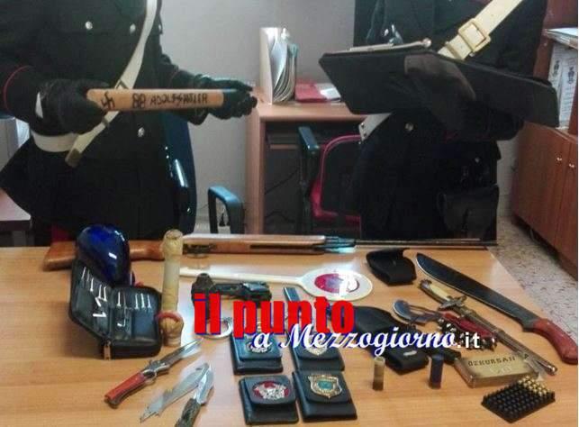 Gli trovano armi e segni identificativi di polizia, poi 38enne si scaglia contro i carabinieri e viene arrestato