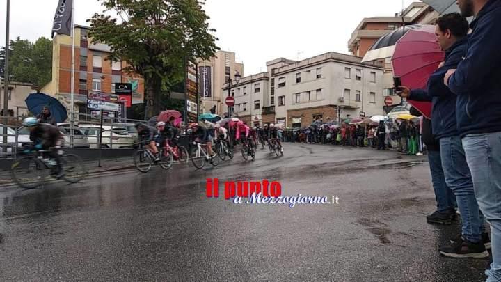 Il Giro d'Italia attraversa Velletri, a centinaia assiepati nonostante la pioggia