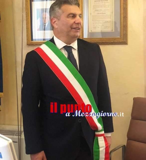 Enzo Salera indossa la fascia tricolore, passaggio di consegne con il Commissario Basile