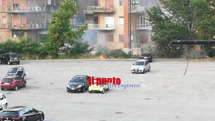 Cassino, bruciano sterpaglie nel parcheggio di campo Miranda, pericolo per alcune auto in sosta
