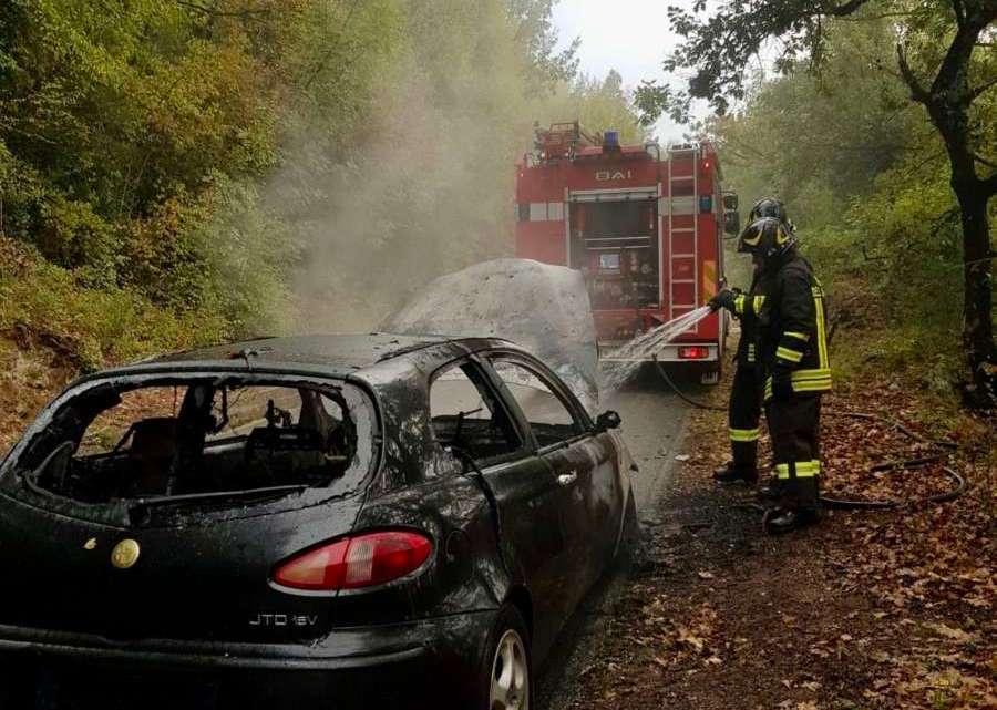 Auto in fiamme a Rocchetta a Volturno, intervento dei Vigili del Fuoco