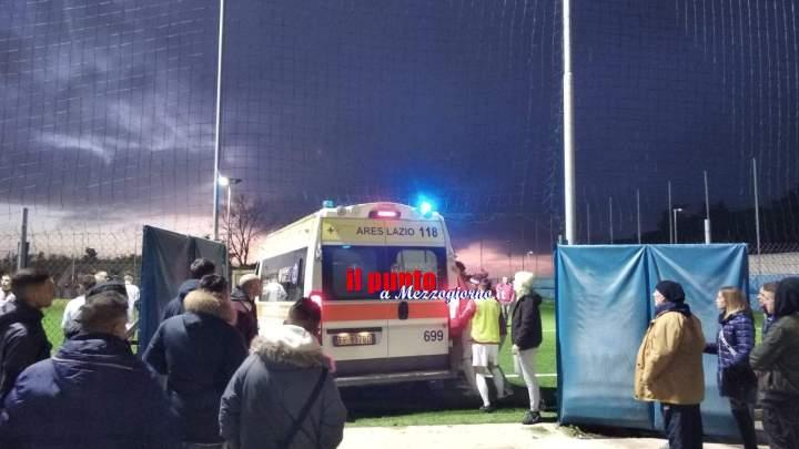 Ambulanza nella rete a Velletri, soccorso ad ostacoli per calciatore infortunato