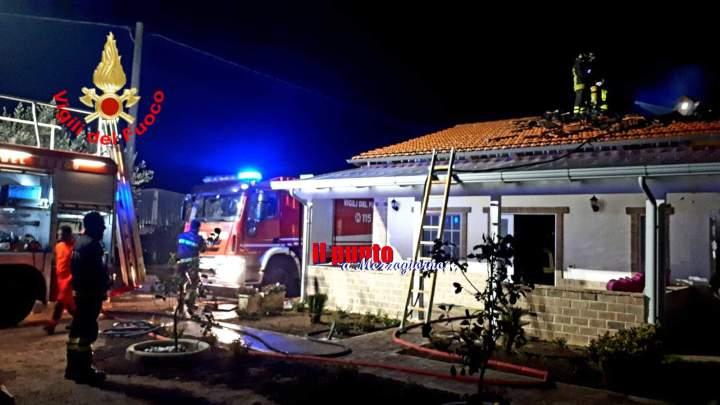 Villetta in fiamme a Fondi, in fiamme il sottotetto