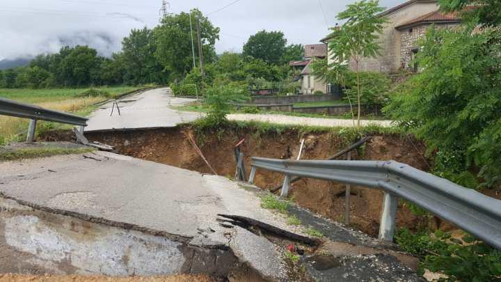 Maltempo, crolla un ponte a San Giorgio. A Castelnuovo automobilisti imprigionati in auto sommerse