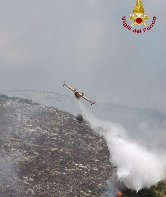 Tre Canadair dei Vigili del fuoco in azione a Maenza