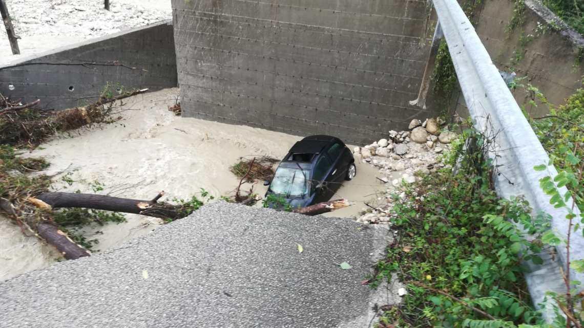 Maltempo, crolla ponte a Picinisco. Automobilista nel torrente