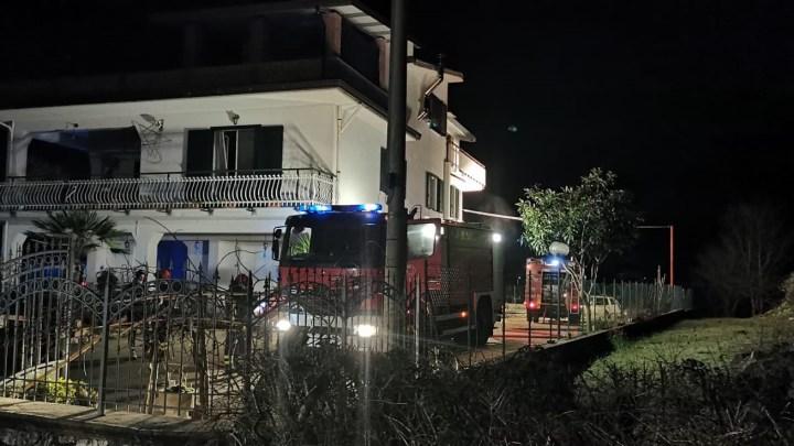 Notte di fuoco a Vallemaio, incendio nella rimessa agricola