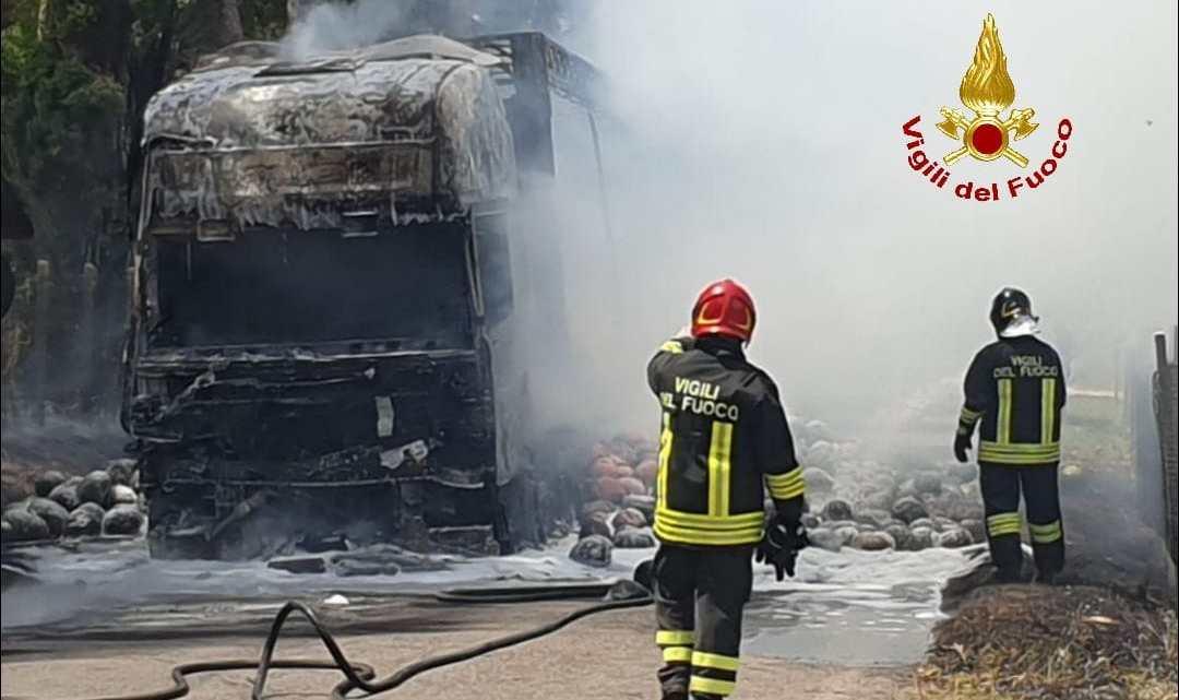 Latina – Mezzo pesante che trasporta cocomeri si incendia via Valmontorio