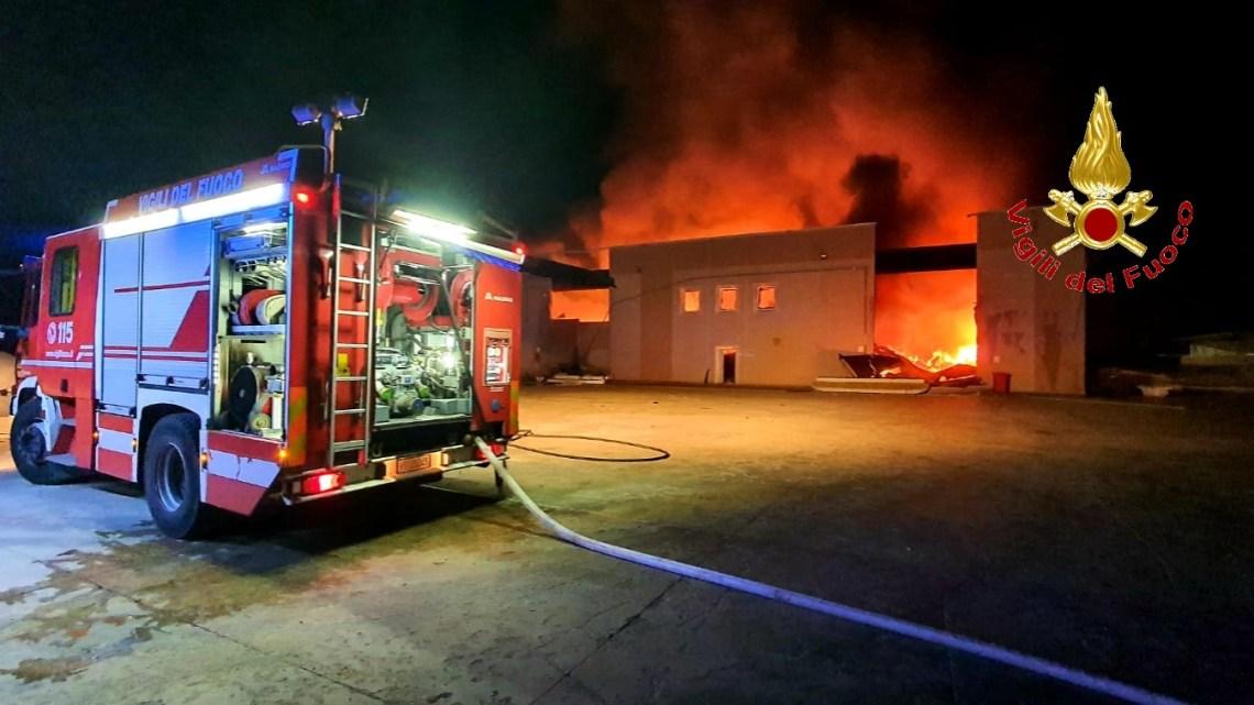 Pontelatone – Incendio in azienda di stoccaggio e riciclaggio di rifiuti di plastica