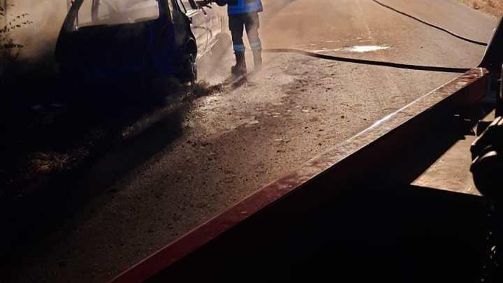 Cassino – Auto avvolta dalle fiamme, intervengono i vigili del fuoco