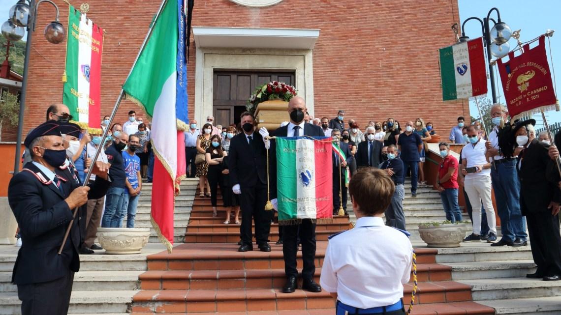 Cassino – L'ultimo saluto al cavaliere Giovanni Vizzaccaro, presidente dell'Anvcg di Frosinone