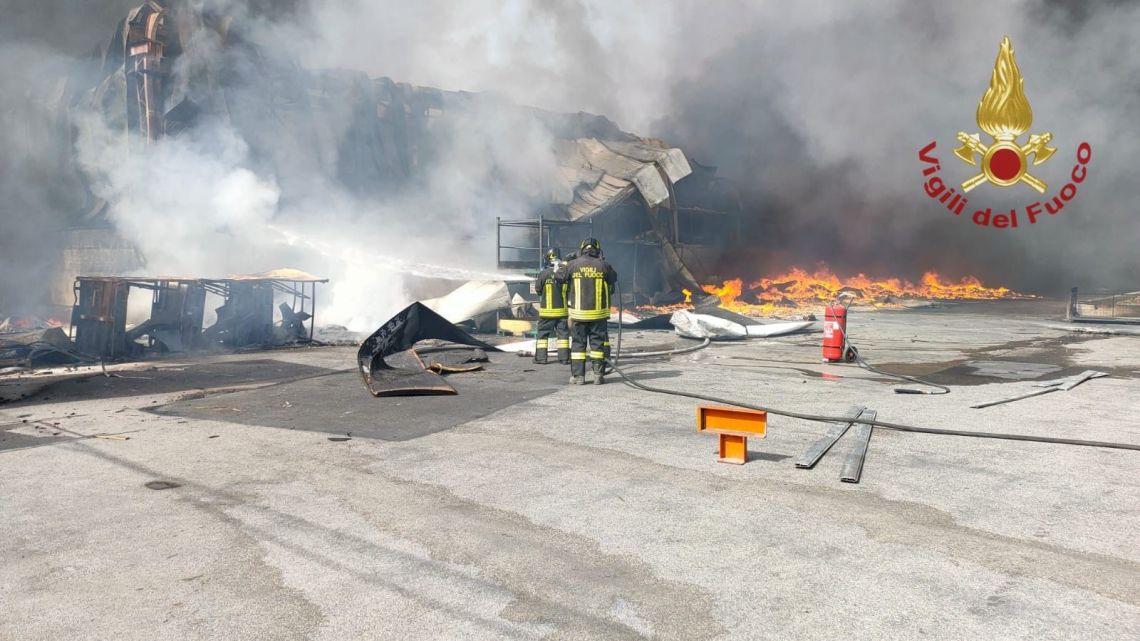 Vasto incendio in capannone aziendale tra Teverola e Carinaro