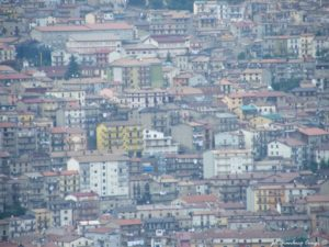 Panoramica e ingrandimento di una zona densamente costruita di San Giov. in Fiore vista dall'alto - foto Gianluca Congi ©