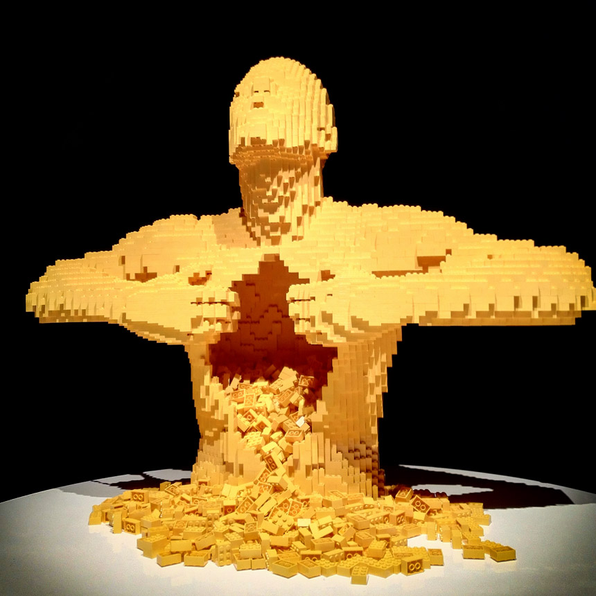 sculture-lego-the-art-of-the-brick-uomo-giallo