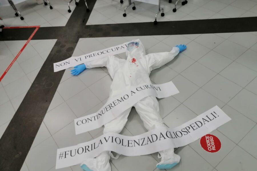"""Infermiera aggredita al Cardarelli, il flashmob dei sanitari: """"Continueremo a curarvi ma basta violenza"""""""