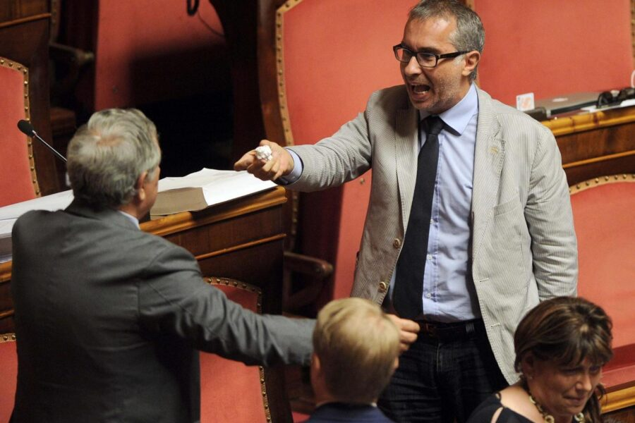 """Ciampolillo dà spettacolo, di nuovo in ritardo al Senato: """"Salvini pagliaccio, cannabis contro il covid"""""""
