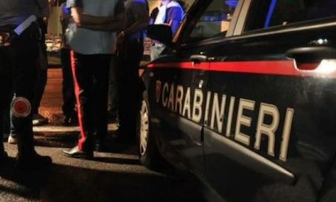 Schianto e sangue a Napoli: due cadaveri, pistola e rolex a terra e possibile fuga
