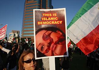 Manifestazione per le strade di Los Angeles contro le violazioni dei diritti umani da parte del Governo iraniano (AFP Photo/David McNew/Getty Images)