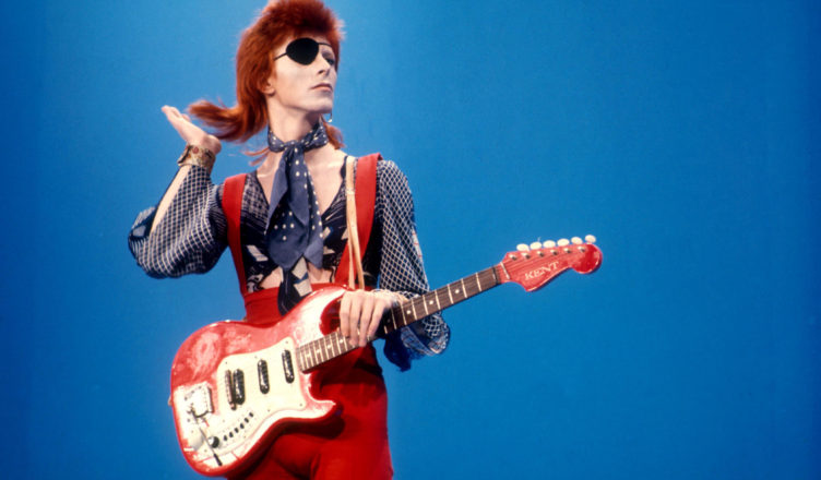 Anticonformismo e libertà di espressione: il coraggio di Socrate e la ribellione di David Bowie