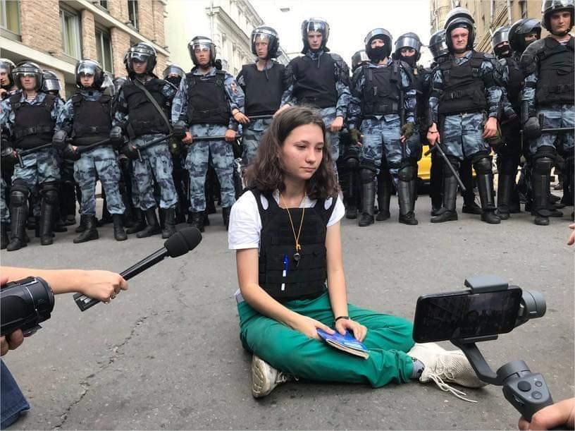 La sfida della 17enne Olga a Putin osservata attraverso Locke e Calamandrei