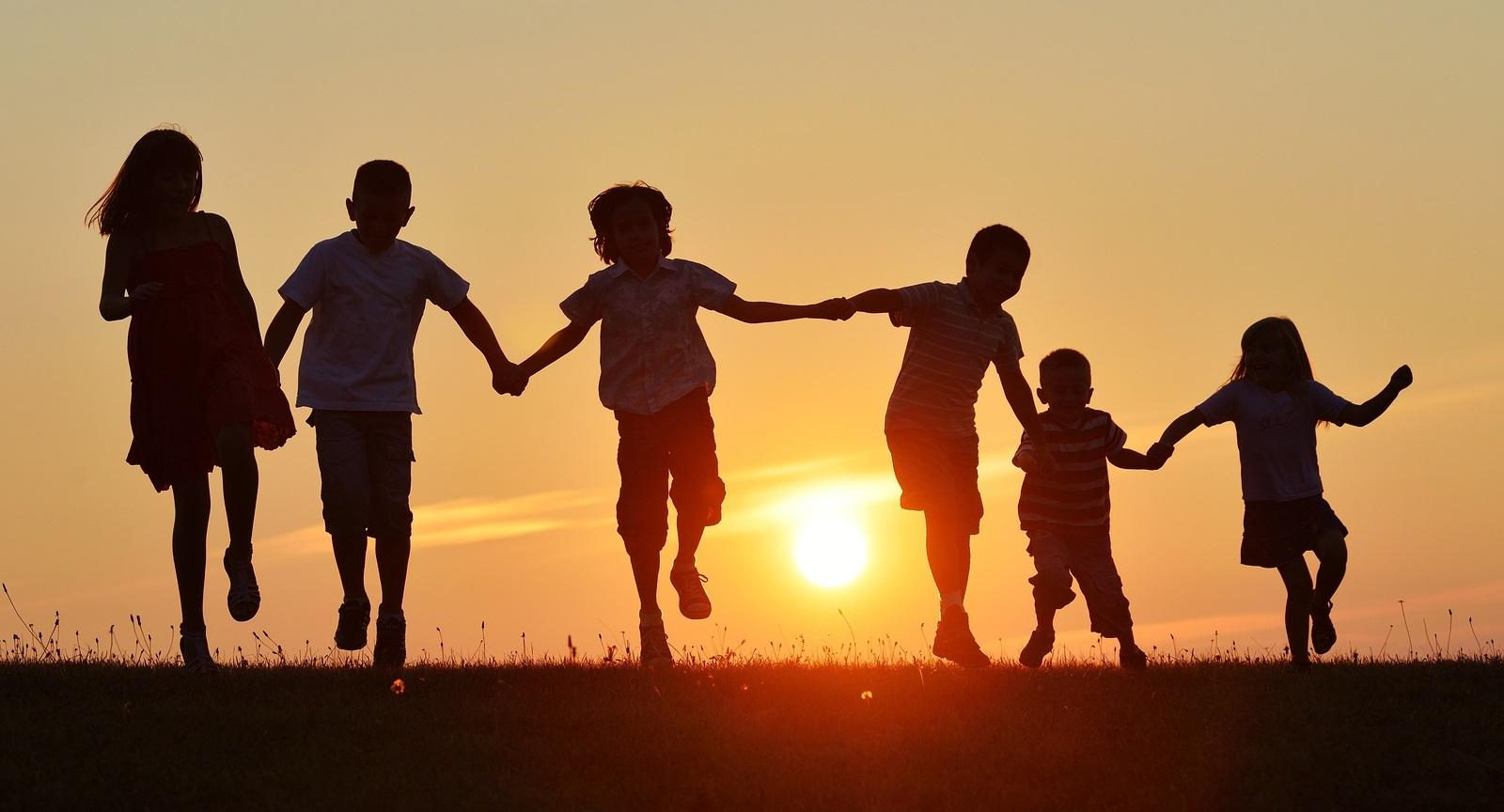 All'inizio i bambini non godevano di diritti fondamentali ma grazie a Darwin oggi possiamo festeggiarli