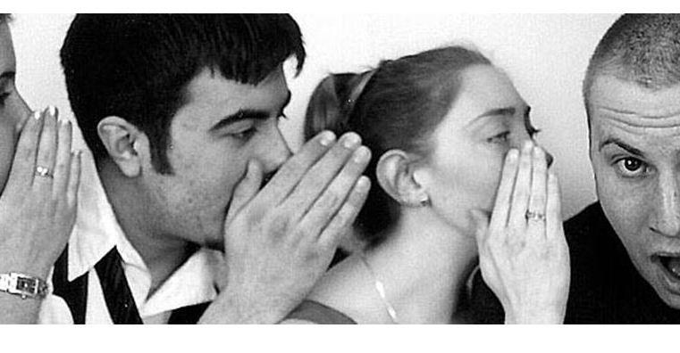 """I pettegolezzi ci condizionano? Ci rispondono la """"mordicazzo"""" di Sex Education e """"la lupa"""" di Verga"""