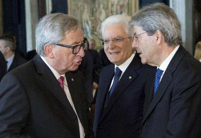Jean-Claude Juncker con Sergio Mattarella e Paolo Gentiloni (LaPresse)