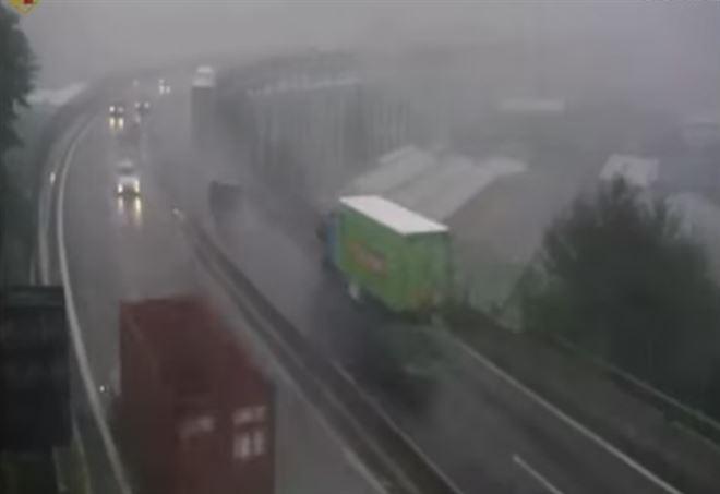 Genova: ecco il video del momento in cui crolla il ponte