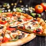 chiuda-su-delle-fette-della-pizza-di-merguez-con-il-peperone-dolce-e-il-formaggio-verde-oliva-del-salame_141793-2044