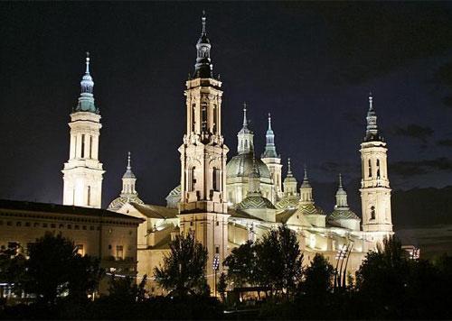 El Pilar, con su nueva iluminación, con 530 proyectores (más que antes, pero con lámparas de consumo inferior). J. M. MARCO