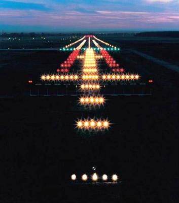 Sistema de iluminación de aproximación (al frente) y de pistas (al fondo) situado después de los luminarios de cabecera o inicio de pista (umbral) con flujo luminoso de color verde. Foto: Lighting Master ©