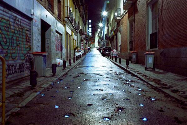 Así que algunas veces es suficiente con echarnos a la calle, con el radar bien engrasado para que se nos ocurran algunas cosillas, como esta intervención, Cráteres luminosos del más acá, en la que la calle Pizarro de Madrid nos sirvió de escenario y el trabajo de las máquinas taladrando el asfalto, de inspiración.