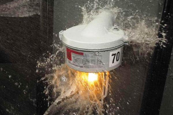 Los luminarios HID para áreas clasificadas como peligrosas tienen conjunto óptico y módulo de potencia (cámara portabalastro) con grado de protección IP65. Foto: Experto en Luminarios ©