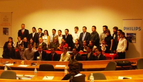 La generación 2009, algunos maestros y el jurado calificador de los ejercicios finales.